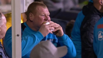 Sutton's backup goalkeeper eats a pie on the sideline | 2016-17 FA Cup Highlights