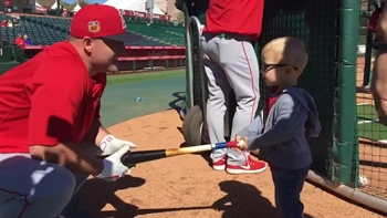 Mike Trout gives hitting advice to young son of Angels GM